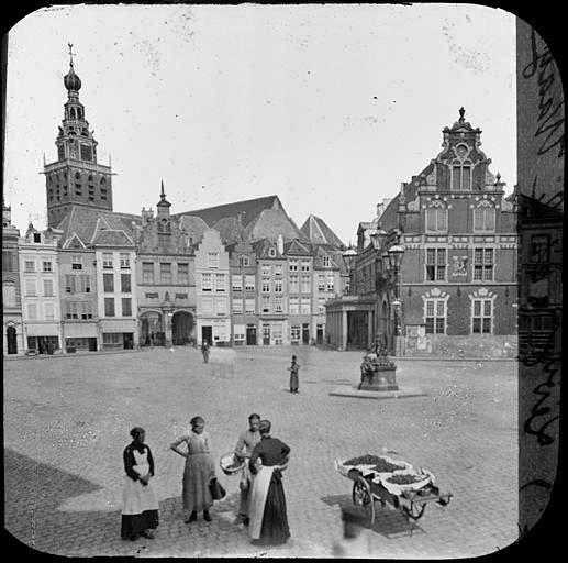 Grote markt met Waag met de galerij 1885