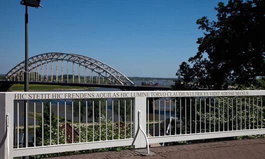 Balustrade met tekst Hier stond Claudius Civilis ... op het Valkhof in Nijmegen