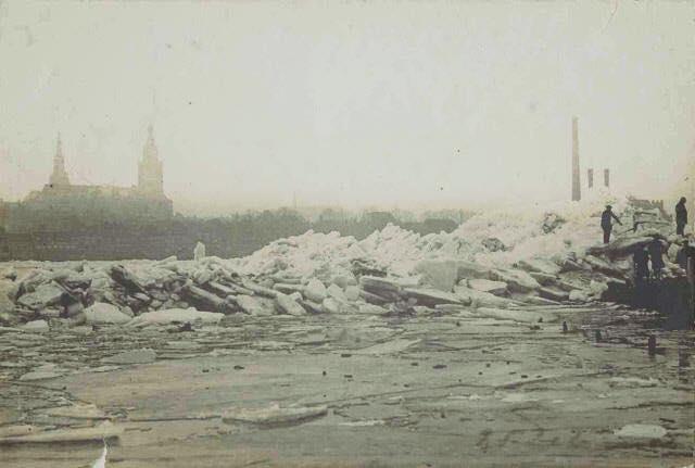 Kruiend ijs in de Waal bij Nijmegen Bron: RAN