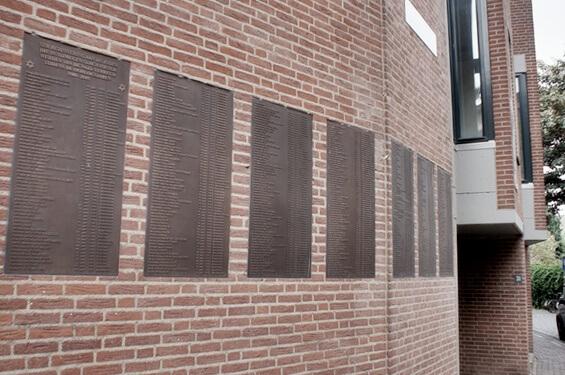Plaquettes met alle joodse oorlogsdoden in Nijmegen