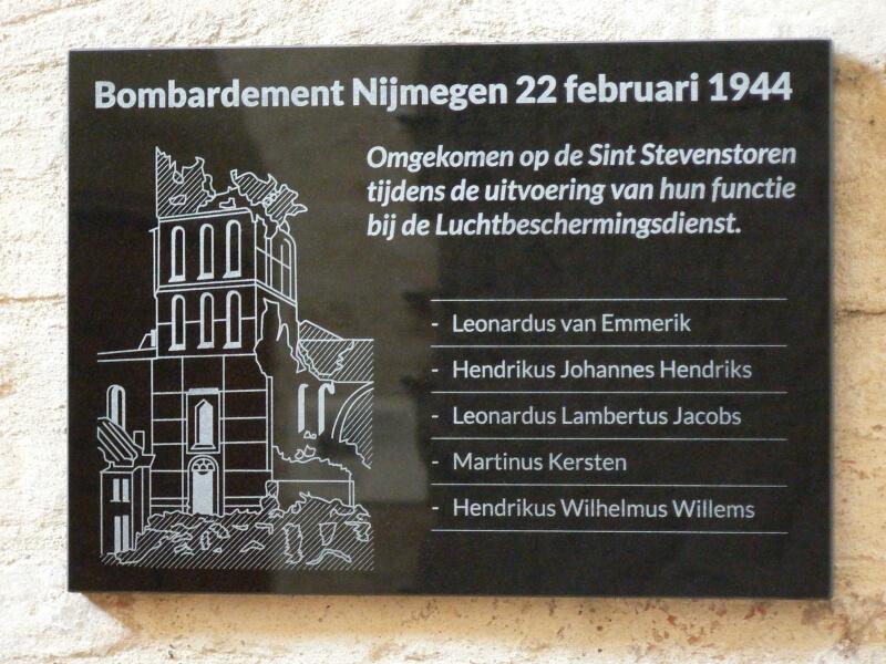 Plaquette voor omgekomen torenwachters (foto: Peter Kuipers CC BY 3.0)