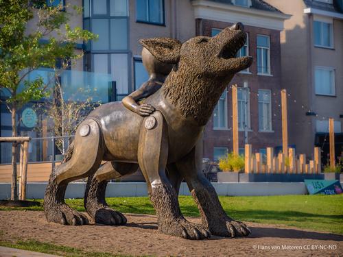 Beeld van de Waterwolf aan de Waalkade in Nijmegen